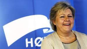 Erna Solberg foran Høyre-logo