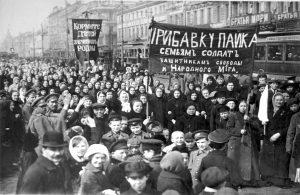 Store demonstrasjoner preget den russiske hovedstaden våren 1917. Dette bildet er fra en markering 8. mars, der kvinner marsjerte med plakater som krevde fred og vern om soldatenes familier. Kollontaj var sentral i organiseringen av de første kvinnedagene i Russland og Norge.